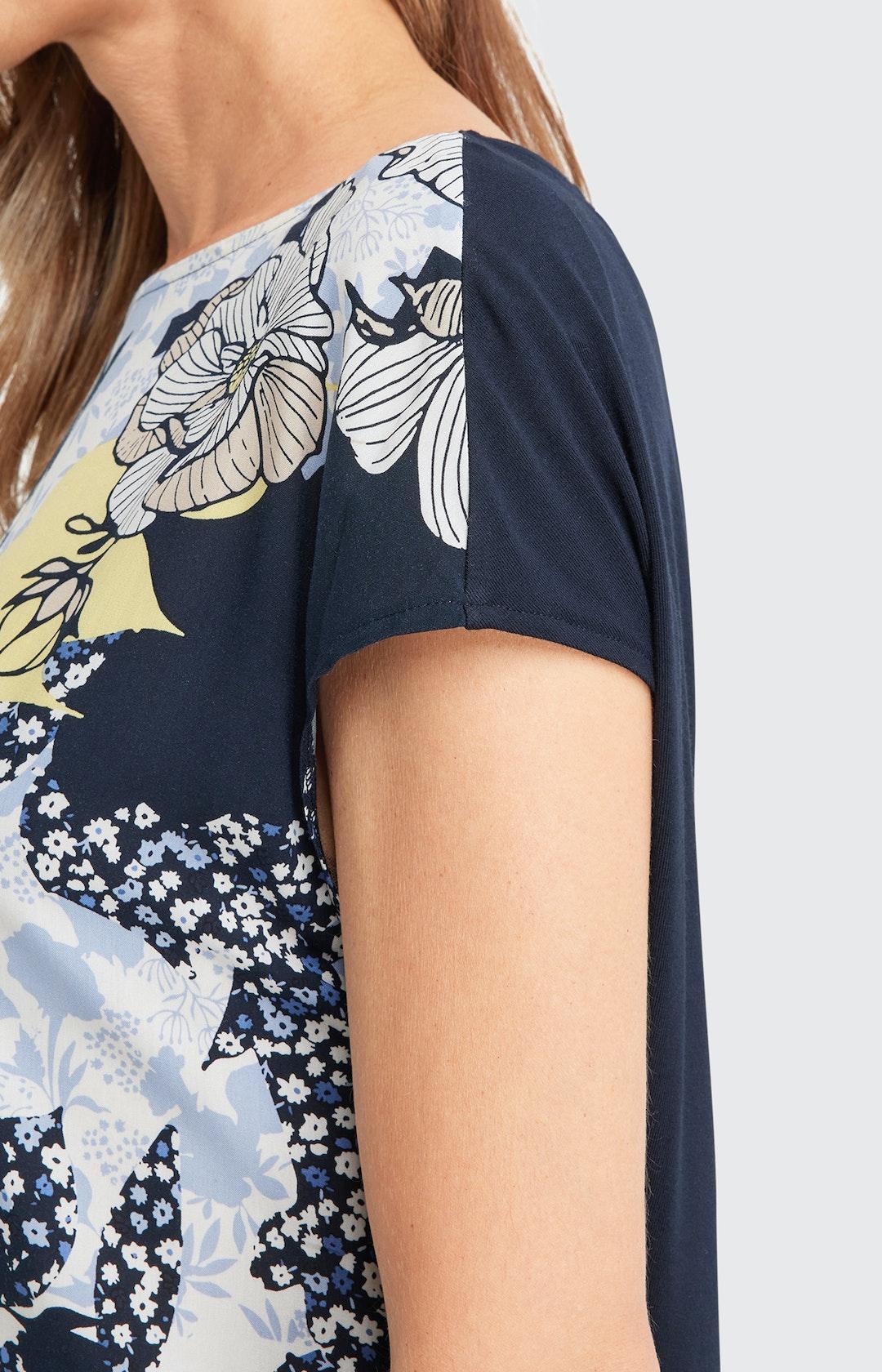 T-Shirt mit Allover-Muster in Blau