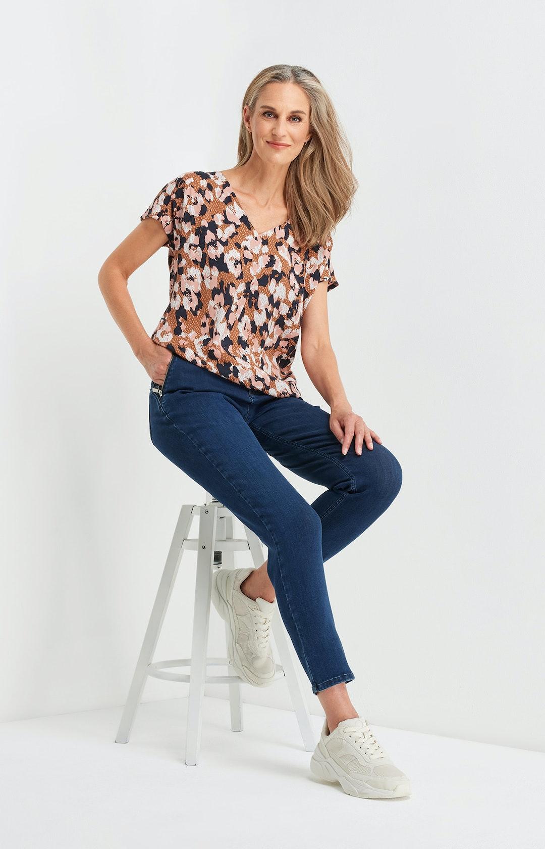 Shirtbluse mit Allover-Muster in Braun